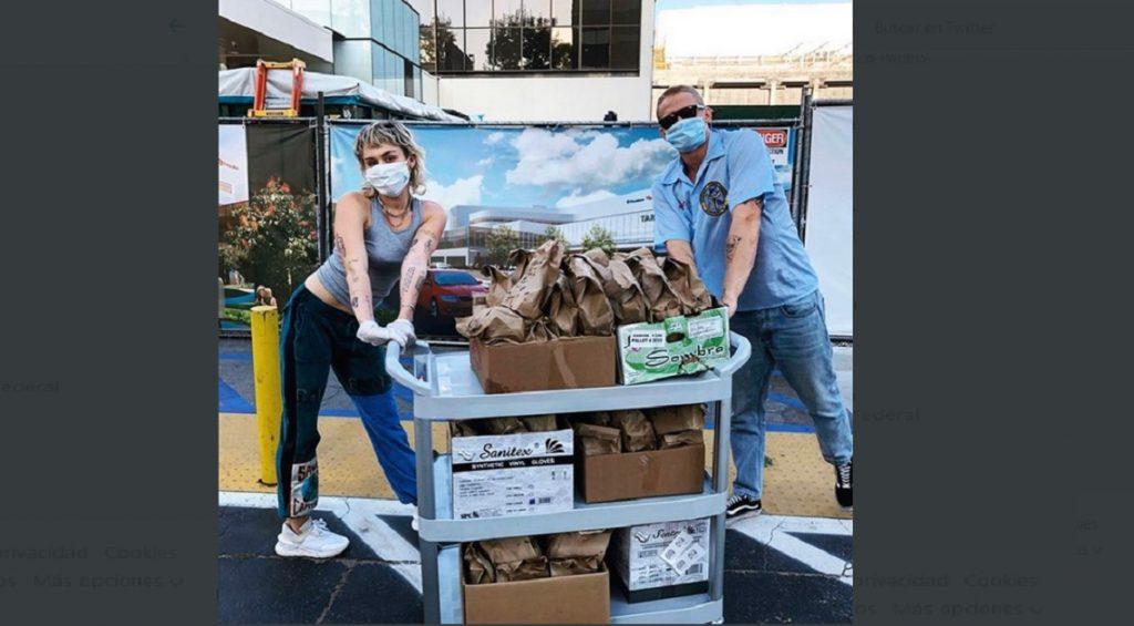 Miley Cirus y Cody Simpson entregan tacos a personal médico con mensajes de agradecimiento